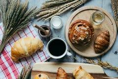 świeży chleb i piec towary na drewnianym Zdjęcia Royalty Free