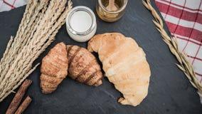 świeży chleb i piec towary na drewnianym Zdjęcie Stock