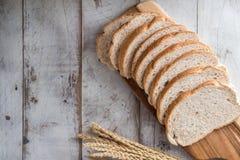 świeży chleb i piec towary na drewnianym Fotografia Stock