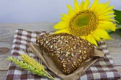 świeży chleb Kawałki chleb z słonecznikowymi ziarnami Bochenek Cały Obrazy Royalty Free