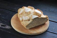 Świeży chleb na ciemnym drewnianym stole Fotografia Stock