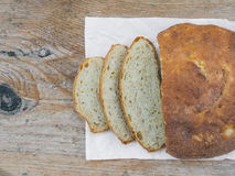 Świeży chleb na drewnianej desce Zdjęcia Royalty Free