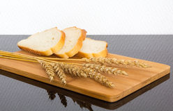 Świeży chleb na drewnianej desce Obrazy Royalty Free
