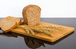 Świeży chleb na drewnianej desce Fotografia Royalty Free