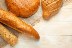Świeży chleb na drewnianym stole z mąką i banatką, opróżnia przestrzeń Pojęcia pieczenie, piekarnia zdjęcia stock