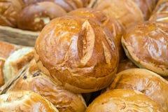 Świeży chleb na półkach w piekarni, jedzenie zdjęcia royalty free