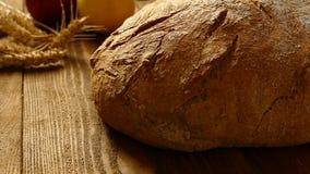 Świeży chleb na stole zbiory wideo