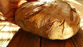 Świeży chleb na stole zdjęcie wideo