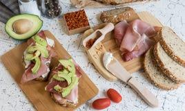 Świeży chleb z chałupa serem, prosciutto, avocado i szafranem, Zdjęcie Stock