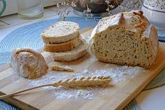 Świeży chleb z ziarno krajobrazu plasterek brogującą stroną szeroką Fotografia Stock