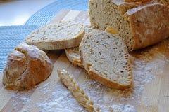 Świeży chleb z ziarno plasterków krajobrazu strony uprawą Fotografia Stock