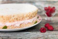 Świeży ciastko tort z malinową jogurt śmietanką zdjęcie royalty free