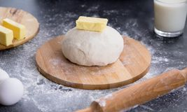 Świeży ciasto przygotowywający dla piec Obrazy Royalty Free