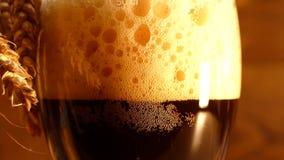 Świeży ciemny piwo nalewa w szkło Świeżego chleba kvass zbiory