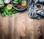 Świeży condiment i przyprawowy karmowy położenie na nieociosanym kuchennego stołu tle, kulinarny przygotowanie zdjęcia stock