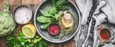 Świeży condiment i przyprawowy położenie na nieociosanym kuchennego stołu tle, odgórny widok obraz stock