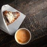 Świeży croissant i filiżanka cofee na ciemnych nieociosanych drewnianych stołów wi fotografia royalty free