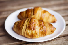 Świeży croissant na białym talerzu Obraz Royalty Free