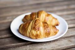 Świeży croissant na białym talerzu Zdjęcia Royalty Free