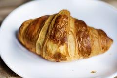 Świeży croissant na białym talerzu Fotografia Stock