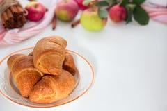 Świeży croissant na lekkim drewnianym tle Miejsce dla teksta, kopii przestrzeń Mieszkanie nieatutowy Odgórny widok Fotografia Royalty Free