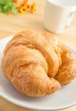 Świeży croissant z kawowym kubkiem Zdjęcie Stock