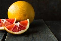 Świeży cytrus: grapefruitowy, wapno, pomarańcze, różnorodni typ cytrus owoc na drewnianym tle Zdjęcia Stock