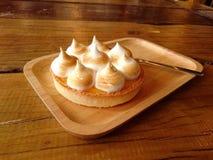 Świeży cytryny tarta w drewnianym talerzu na stole Obrazy Royalty Free