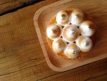 Świeży cytryny tarta w drewnianym talerzu na stole Obrazy Stock