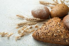 Świeży czarny żyto chleb z słonecznikowymi ziarnami i sezamowymi ziarnami dla zdrowej diety W górę ciast robić od ciemnego organi obrazy stock