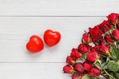 Świeży czerwieni róży kwiat i dwa czerwieni serce na białym drewnianym pokładu dowcipie Zdjęcia Royalty Free