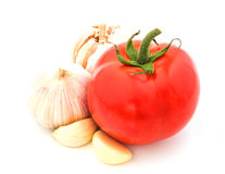 Świeży czerwony pomidor z czosnkiem odizolowywającym na białym tle Obraz Royalty Free