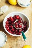 Świeży czerwony rodzynek na drewnianym stole, wiadro z czerwonego rodzynku berri Fotografia Stock