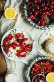 Świeży czerwony rodzynek na drewnianym stole, wiadro z czerwonego rodzynku berri Zdjęcie Stock