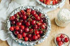 Świeży czerwony rodzynek na drewnianym stole, wiadro z czerwonego rodzynku berri Obraz Stock