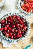 Świeży czerwony rodzynek na drewnianym stole, wiadro z czerwonego rodzynku berri Obraz Royalty Free
