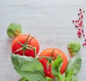 Świeży czerwony warzywo na drewnianym stole skład warzywa, pomidor, brokuły styl retro Pionowo widok Zdrowy obraz stock
