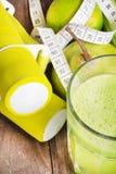 Świeży detox koktajl: jabłka i bonkrety sok z ziele Obrazy Stock