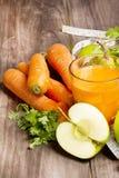 Świeży detox koktajl: marchewki, jabłka i bonkrety sok z ziele, Fotografia Royalty Free