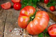Świeży dojrzały duży czerwony pomidor na drewnianym tle Obrazy Royalty Free