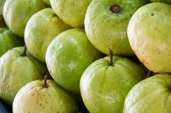 Świeży dojrzały guava w targowym tle na backgroun Obrazy Stock
