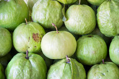 Świeży dojrzały guava w targowym tle na backgroun Obrazy Royalty Free
