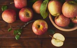 Świeży dojrzały jabłko nad drewnianym tłem obraz stock
