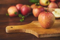 Świeży dojrzały jabłko nad drewnianym tłem zdjęcia royalty free