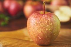 Świeży dojrzały jabłko nad drewnianym tłem obrazy royalty free