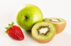Świeży dojrzały zielony jabłko, kiwi i truskawka, Obraz Stock
