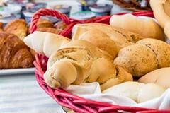 Świeży domowej roboty chleb przy hotelowym bufeta położenia stołem Zdjęcia Stock