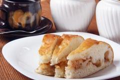 Świeży domowej roboty jabłczany kulebiak i herbata z mlekiem na drewnianym tle Zdjęcie Royalty Free
