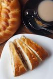 Świeży domowej roboty jabłczany kulebiak i herbata z mlekiem na drewnianym tle obraz stock