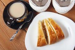 Świeży domowej roboty jabłczany kulebiak i herbata z mlekiem na drewnianym tle Fotografia Stock
